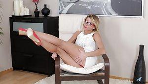 Substandard blonde Rita opens her legs to goat her wet pussy