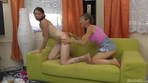 Lesbian bungling sex on the phrase between a younger and a mature babe
